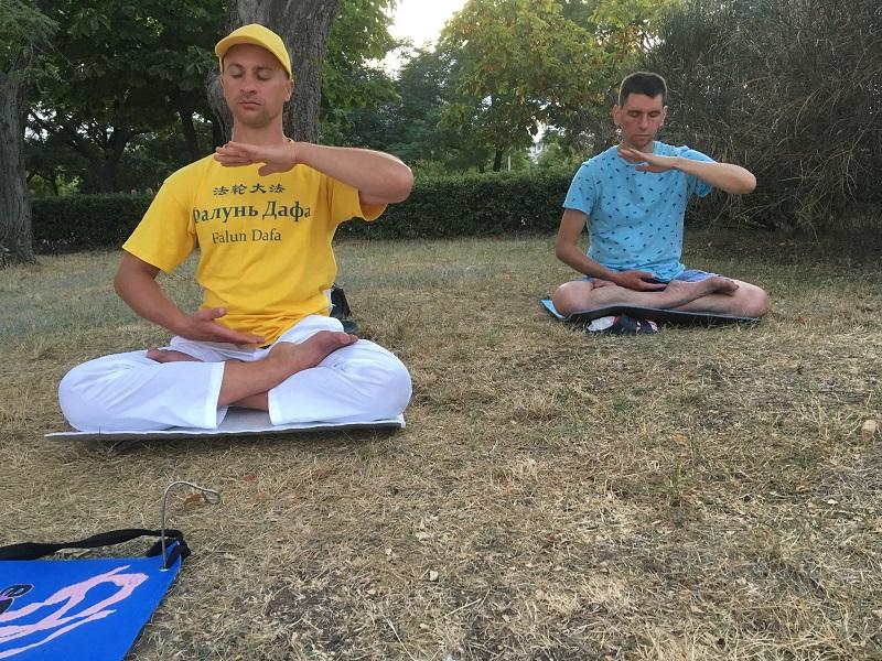 Виконання медитації за Фалунь Дафа на акціях в Чорноморську, серпень 2019