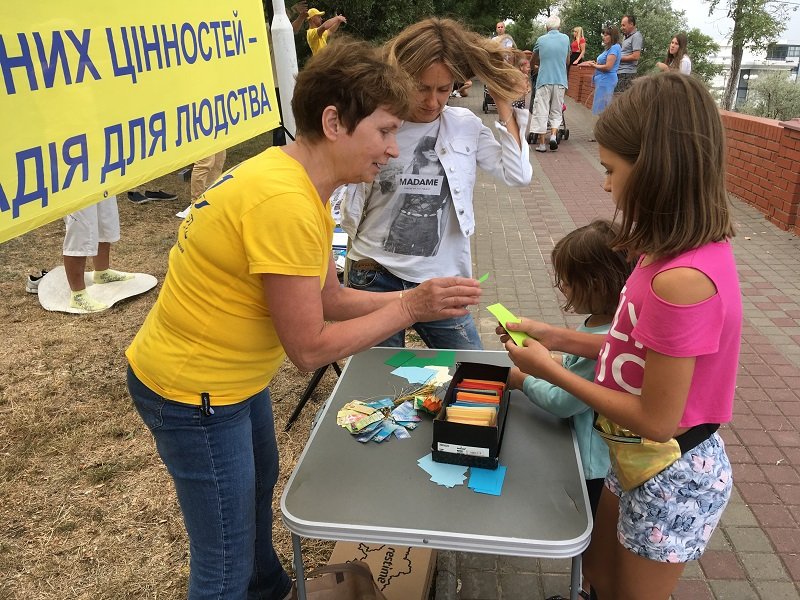Майстер-класи з виготовлення паперових лотосів зацікавили не тільки дітей, а й дорослих