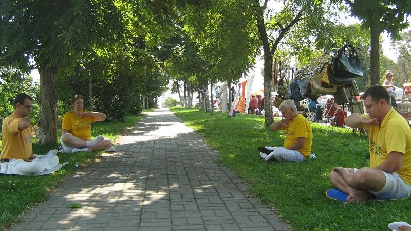 Виконання на заході медитації за Фалуньгун (фото: fofg.in.ua)