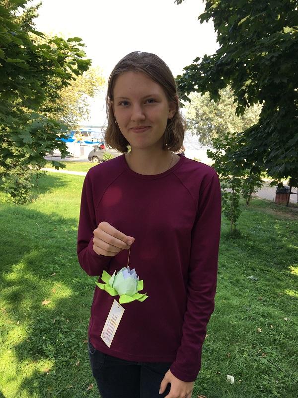 """Олена, 15 років: «Виготовлення лотосів принесло мені заспокоєння і радість..."""" (фото: fofg.in.ua)"""