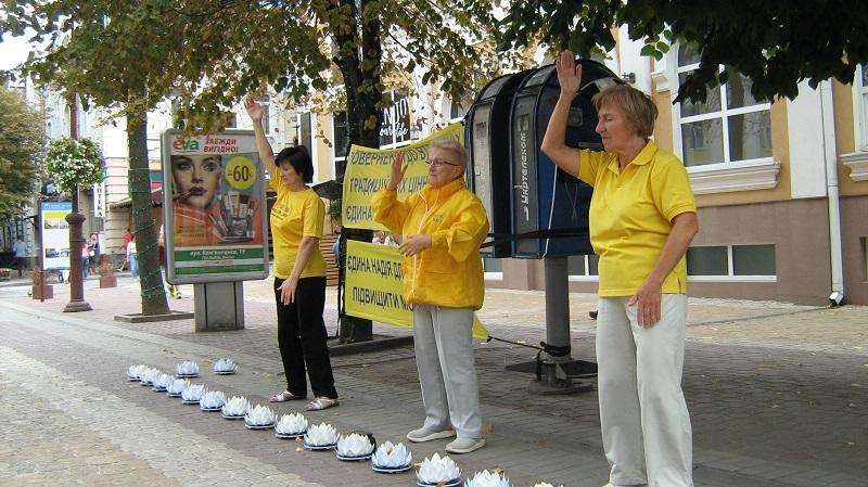 Виконання енергетичних вправ цігун Фалунь Дафа на заходах