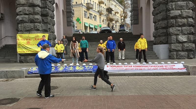 Практика Фалунь Дафа в Києві на Хрещатику