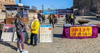 Захід практикувальників Фалуньгун на площі Минтторгет, поряд з Парламентом Швеції в центрі Стокгольма