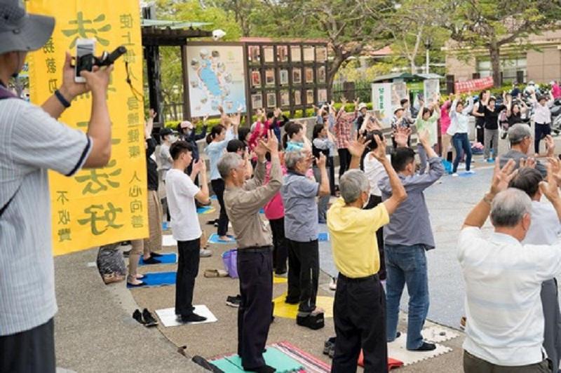 Практикувальники демонструють вправи Фалуньгун у популярному місці відпочинку міста Гаосюн