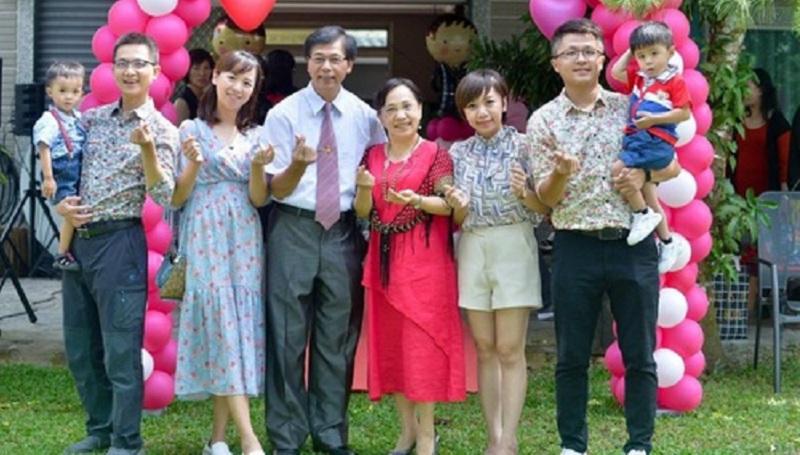 Щаслива родина: Лю Мінхуей і його дружина (в центрі), їх дочки, зяті та онуки