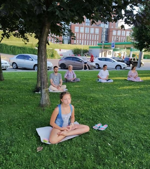 Дівчинка Тетяна підліткового віку теж захотіла помедитувати за Фалуньгун