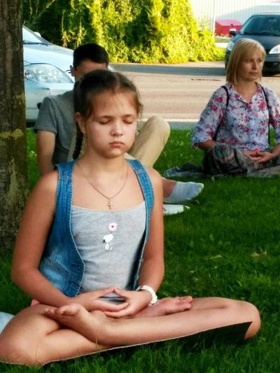 Дівчинка приєдналася до практикувальників і навчилася медитативної вправи