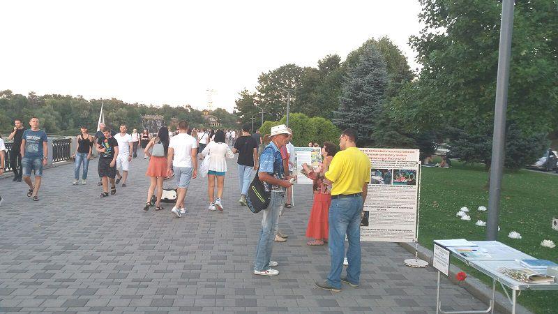 Спілкування практикувальників Фалуньгун з глядачами (Фото: fofg.in.ua)