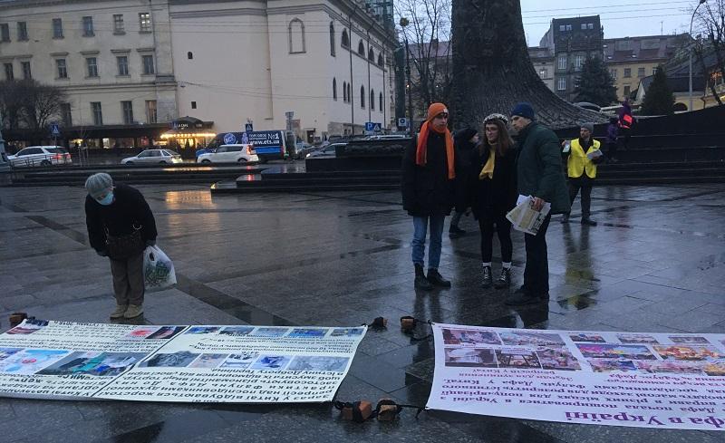 Послідовники Фалунь Дафа розповідають глядачам про факти репресій Фалуньгун у Китаї та про Всесвітню петицію (Фото: Fofg.in.ua)