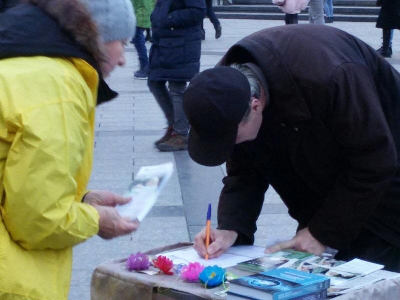 Люди підписують Всесвітню петицію (Фото: Fofg.in.ua)
