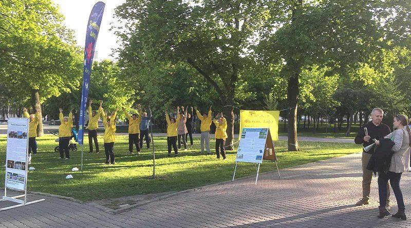 Дніпровські практикувальники Фалуньгун провели масовий захід, присвячений Міжнародному дню Фалунь Дафа