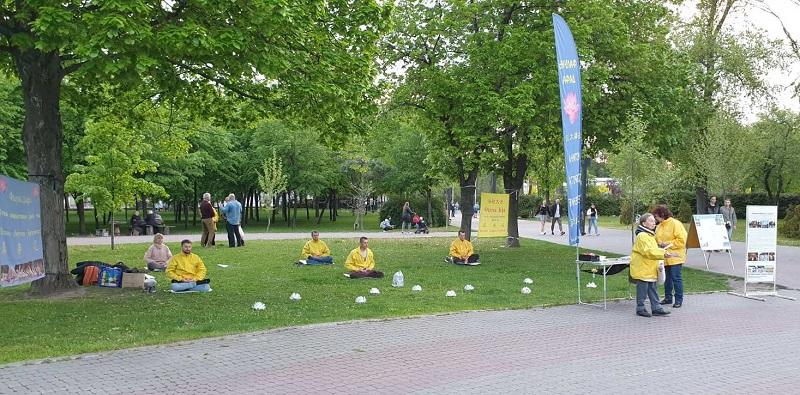 Медитація за Фалуньгун (Фото: Fofg.in.ua)