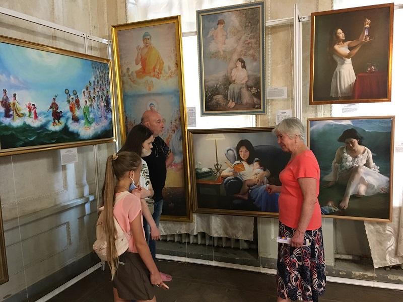 Ведучі проводять екскурсії, фото fofg.in.ua