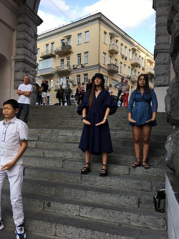 Катя і Патіна з Одеси підписали петицію і спробували вивчити одну з вправ Фалуньгун (Фото: Fofg.in.ua)