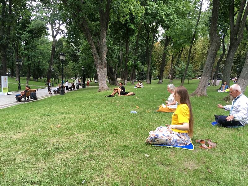 Медитація в Маріїнському парку (Фото: Fofg.in.ua)