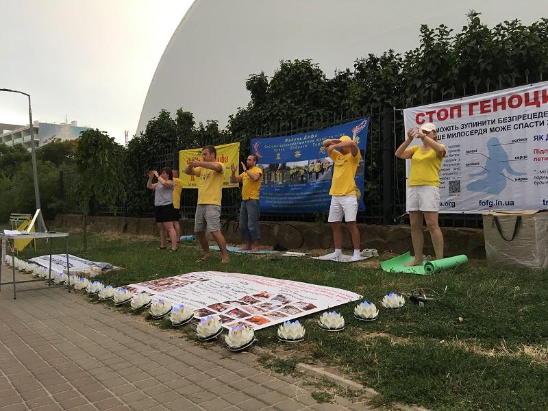 Заходи послідовників Фалуньгун у Чорноморську, серпень 2021 року, Набережна (Фото: fofg.in.ua)